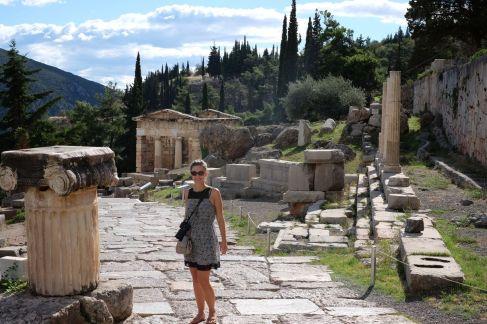 Sur la voie sacrée (en arrière plan on voit le trésors des athéniens)