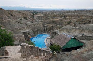 La piscina au milieu du désert gris