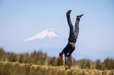 Un équilibriste devant le Cotopaxi