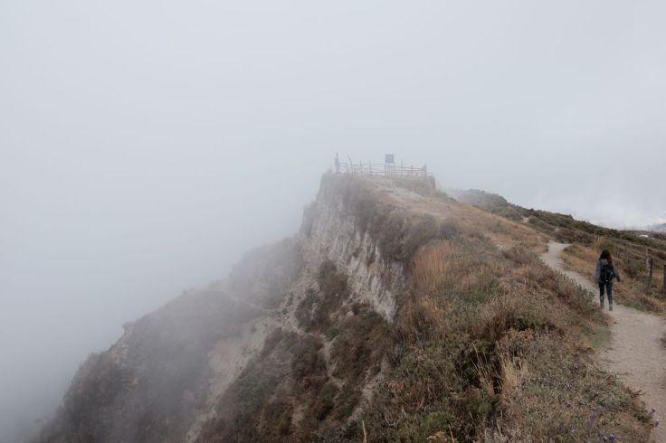 Les nuages bouchent la vue sur le cratère