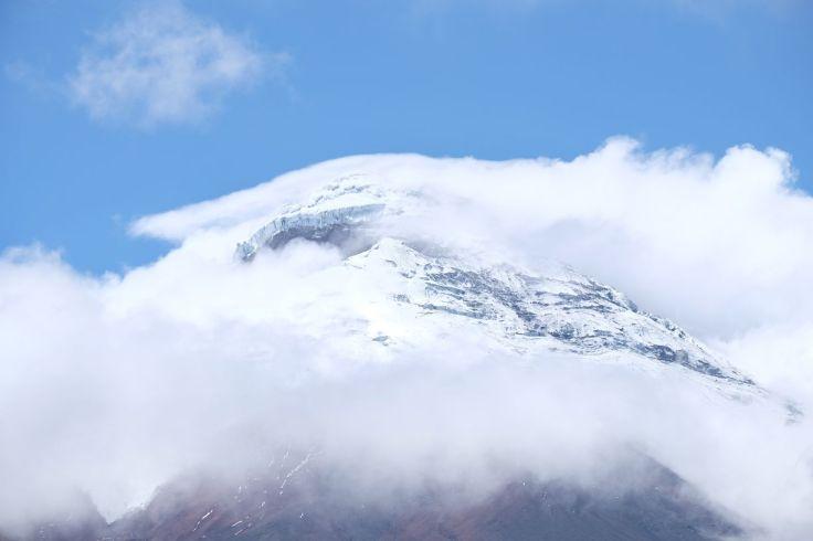 Le sommet du Cotopaxi se découvre