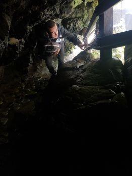 Il faut ramper entre les rochers pour passer sous le Pailon Del Diablo