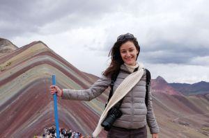 Jennifer devant la montagne aux 7 couleurs