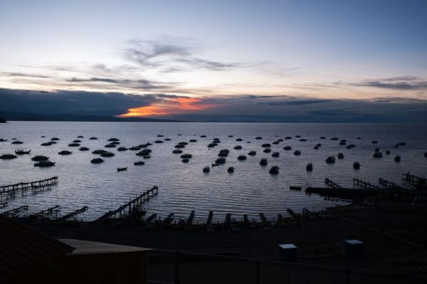 Vue sur le lac Titicaca depuis la chambre d'hôtel